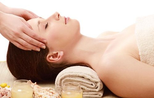 cach-massage-mat-giup-khuon-mat-thon-gon-va-lan-da-min-mang-4