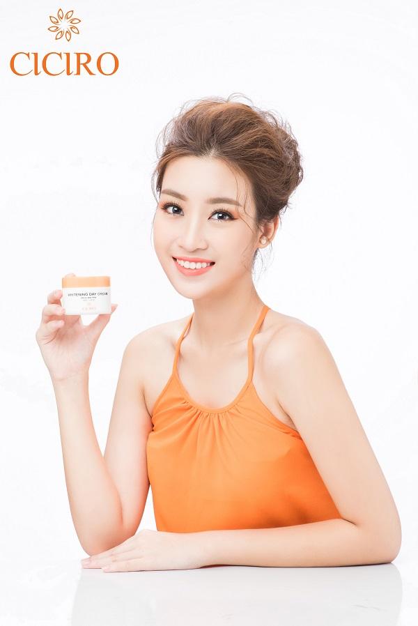 Sử dụng kem dưỡng trắng da ban ngày CICIRO là một trong những bí quyết giúp Hoa hậu Mỹ Linh rạng rỡ suốt cả ngày!