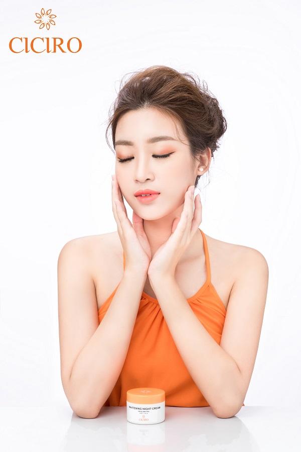 Ngoài sử dụng kem dưỡng trắng da ban ngày CICIRO thì Hoa hậu Mỹ Linh còn kết hợp dùng kem dưỡng trắng da ban đêm cùng hãng!