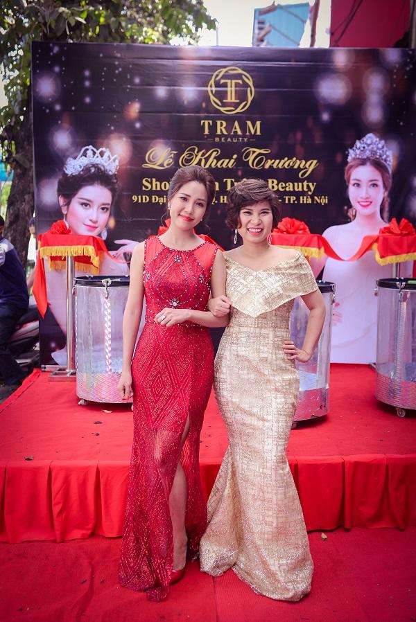 Hai người phụ nữ tài năng, xinh đẹp: Bà chủ showroom Trâm Beauty Đại Cồ Việt Liên Trịnh (váy đỏ) và CEO Trâm Tạ (váy vàng)
