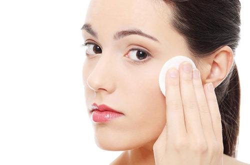Bạn có thể sử dụng toner để rửa mặt để giúp da vừa sạch mụn, vừa mềm mịn